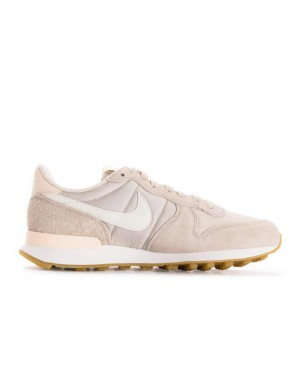 828407-028 Nike Donne Internationalist - Desert Sand/Bianche-Gum Marroni